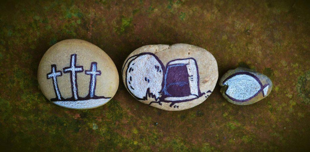 Galets dessinés avec des croix, des poissons…