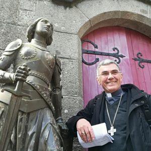 Mgr Denis Moutel à côté d'une statue