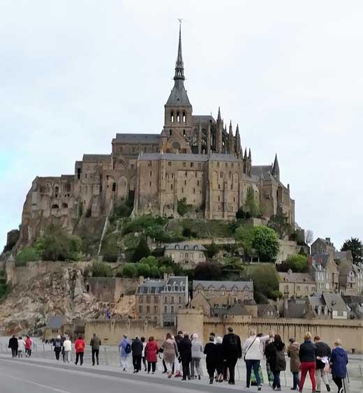 Pèlerins marchant vers le Mont Saint-Michel