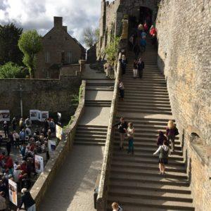 Visiteurs montant les marches du Mont Saint-Michel