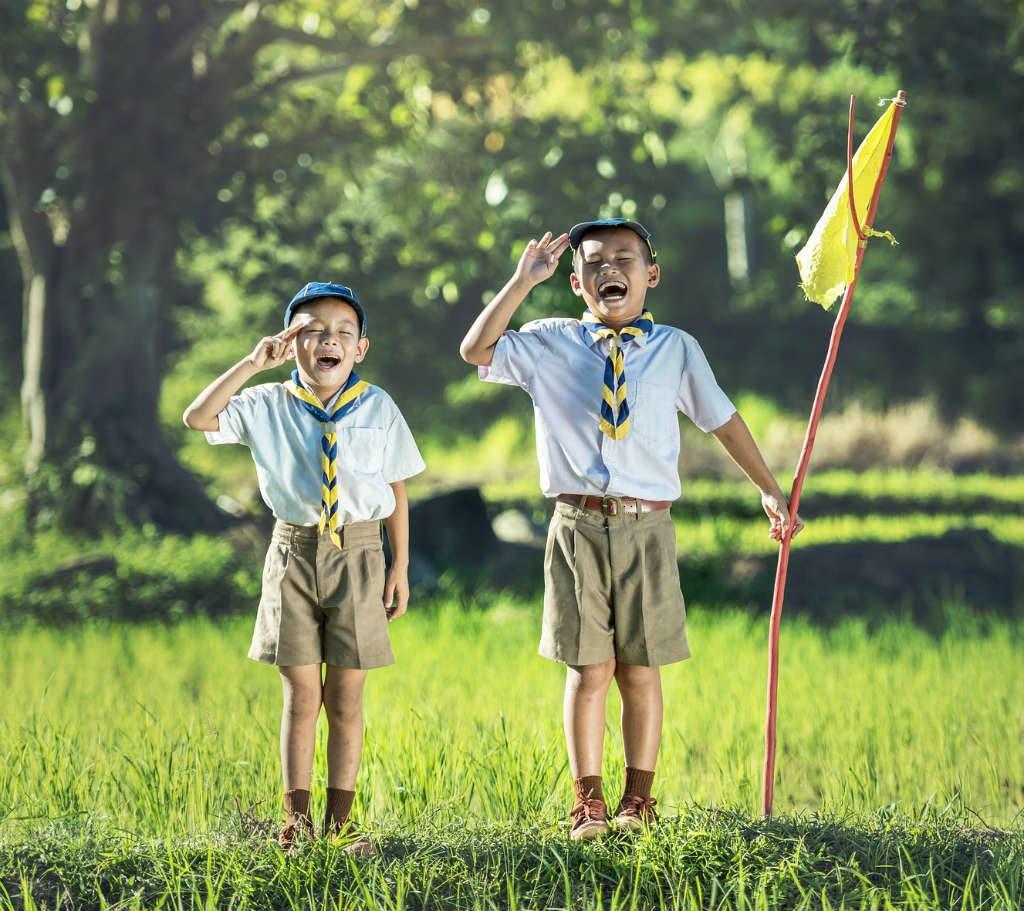 deux scouts saluent
