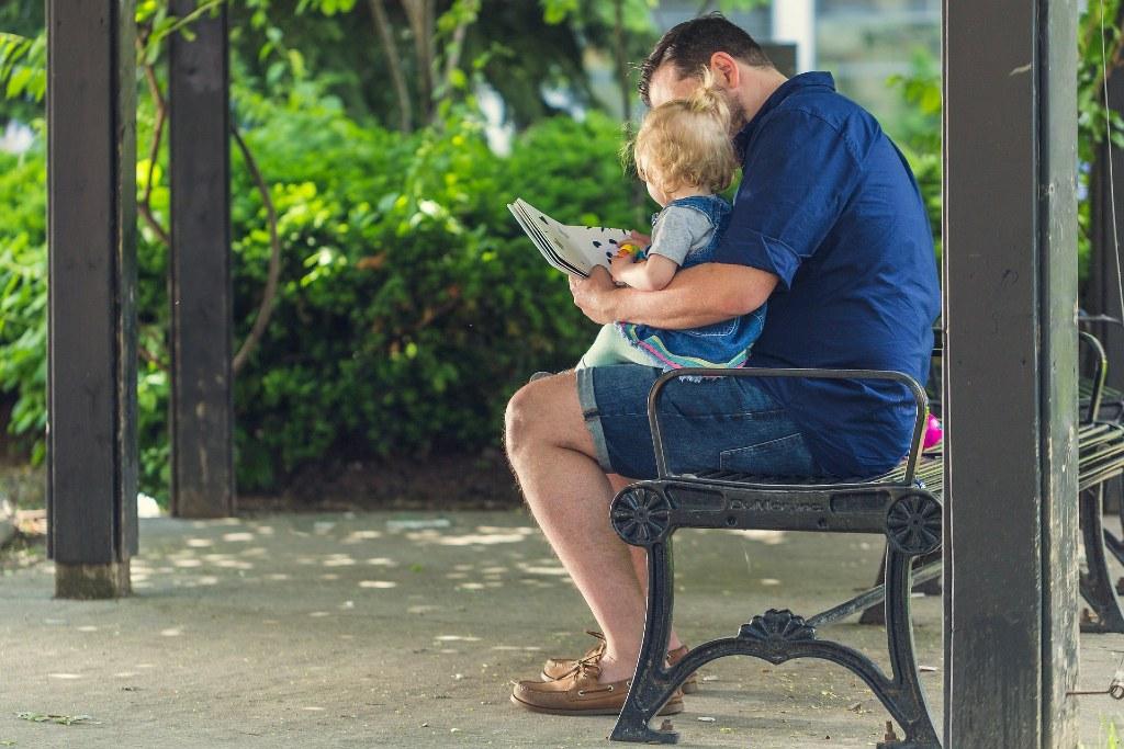 Un papa et son enfant