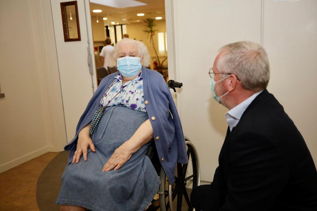Aumônier et patient masqués