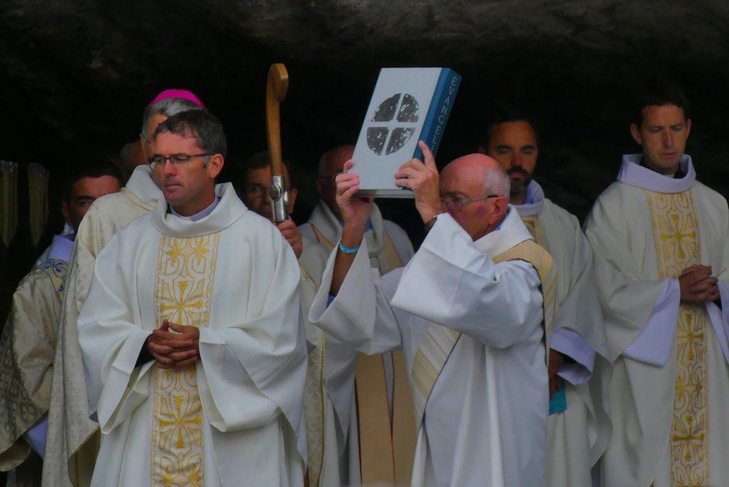 Prêtre et diacre au service au Sanctuaire de Lourdes