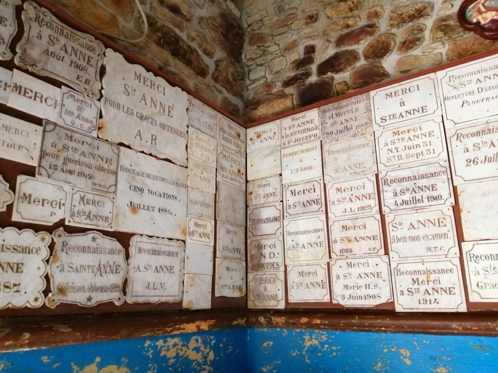 Ex-voto dans la chapelle de Sainte Anne du Houlin
