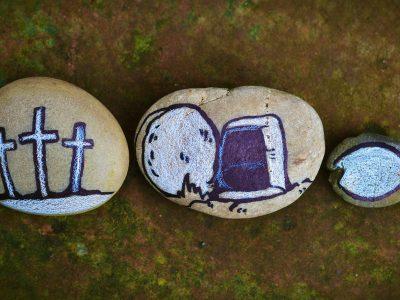 Galet dessinés avec des croix, des poissons